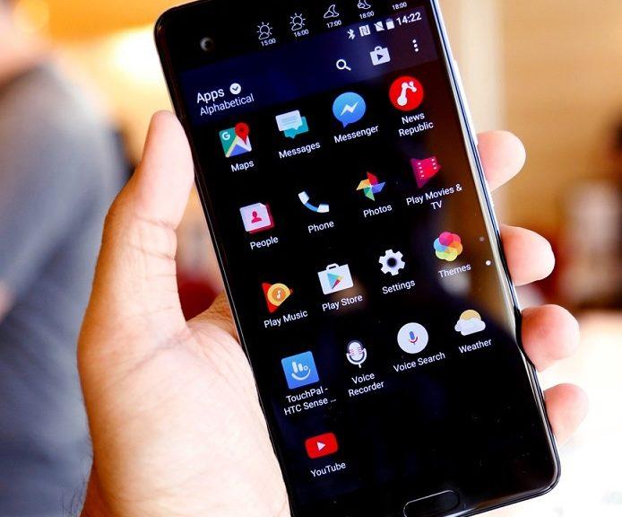 Dos pantallas e inteligencia artificial en el smartphone HTC U Ultra