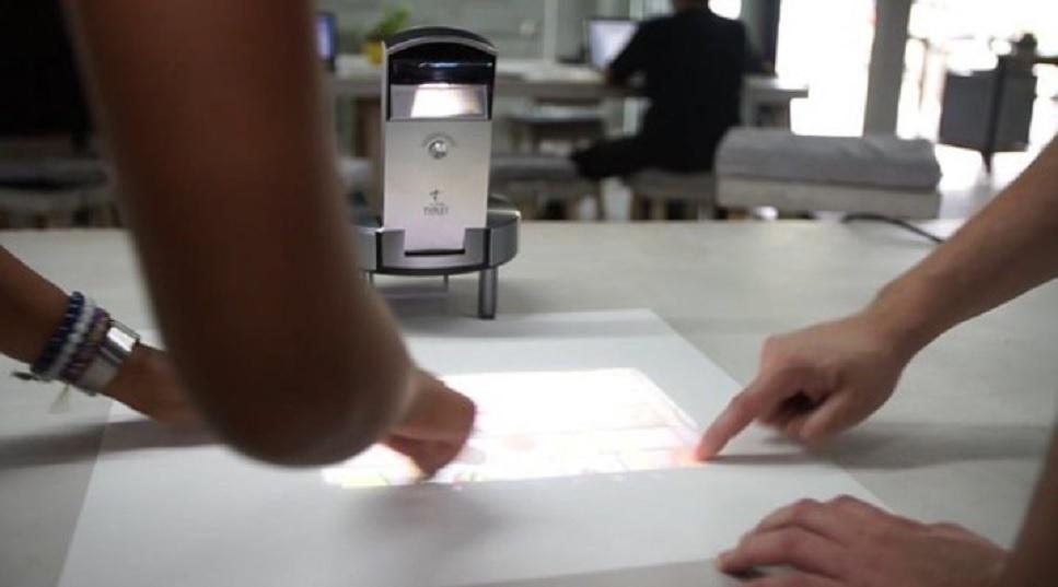 Transforme cualquier superficie en un computador táctil con este proyector