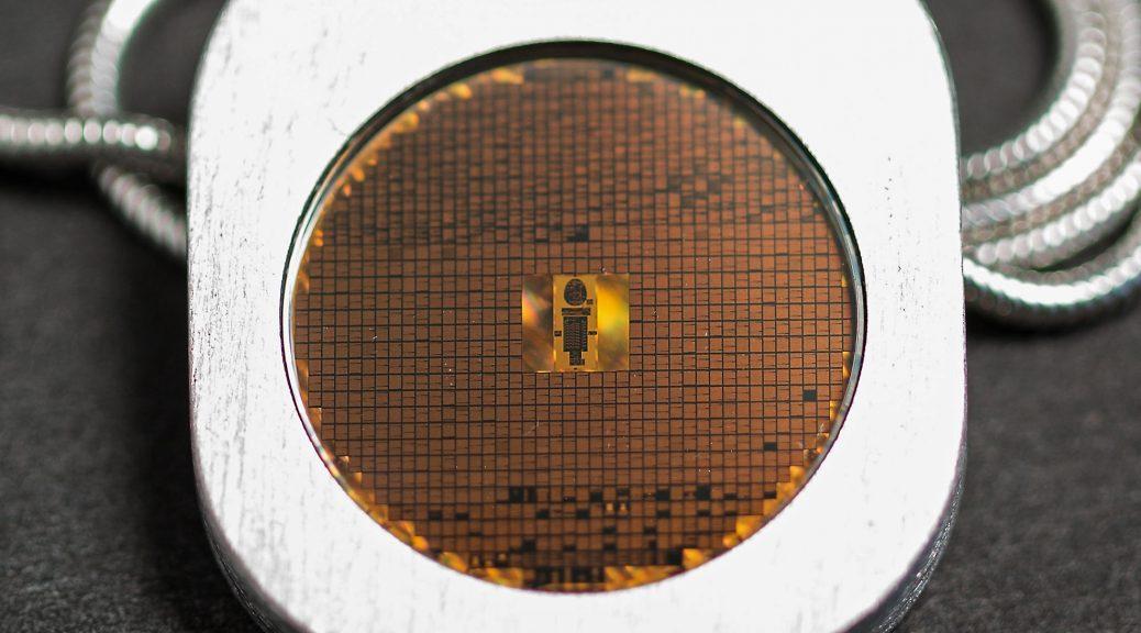 Esta pequeña moneda contiene un archivo microscópico de 1.000 idiomas diferentes