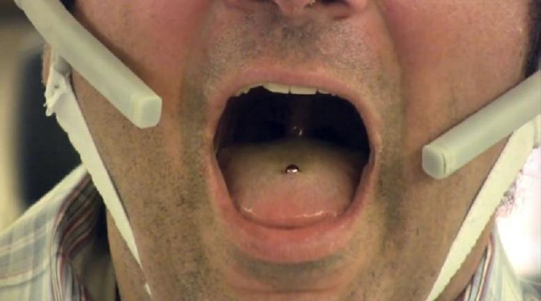 Silla de ruedas controlada con sólo la punta de la lengua