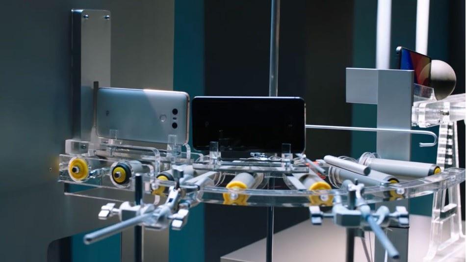 Máquina de Rube Goldberg diseñada para torturar el smartphone LG G6