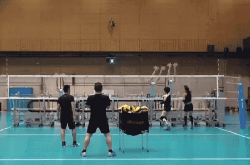 Equipo de voleibol de Japón entrena con robots bloqueadores