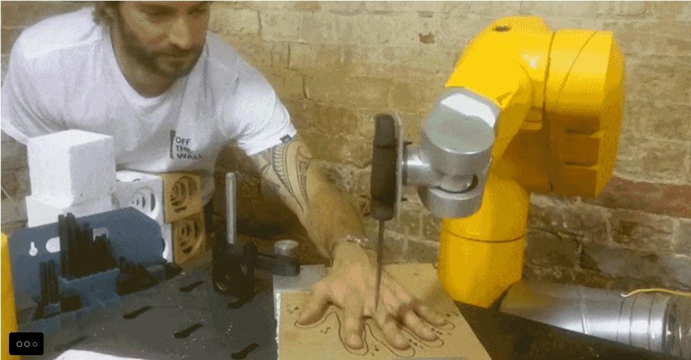 Robot con cuchillo jugando sobre una mano humana al mejor estilo de Aliens