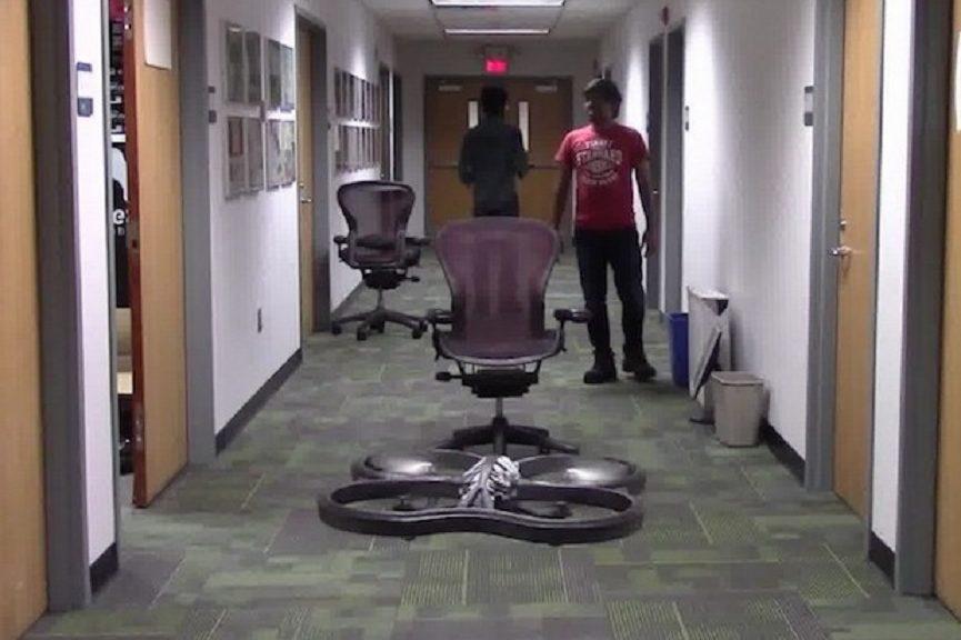 La inteligencia artificial está haciendo que los drones aprendan a volar por sí mismos a punta de golpes