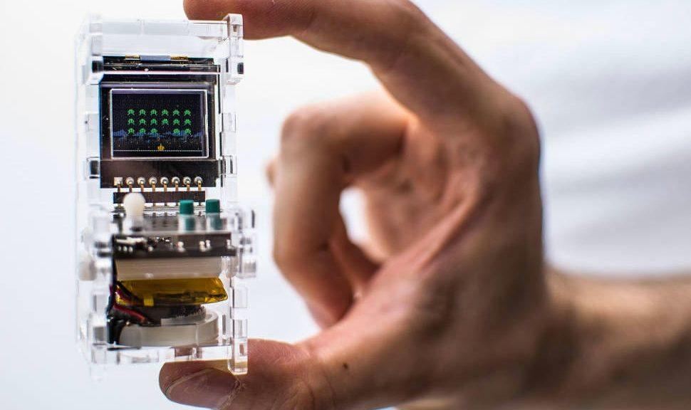 Esta pequeña máquina arcade es funcional y puede montarla y jugar con ella en menos de diez minutos