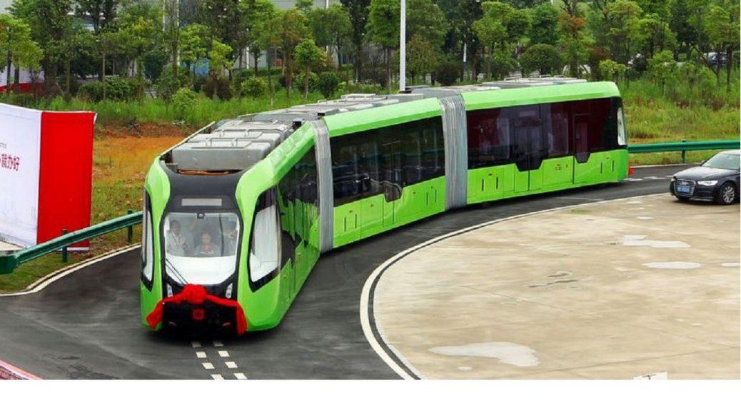 China presenta un tren sin conductor que sólo necesita líneas pintadas de blanco para circular