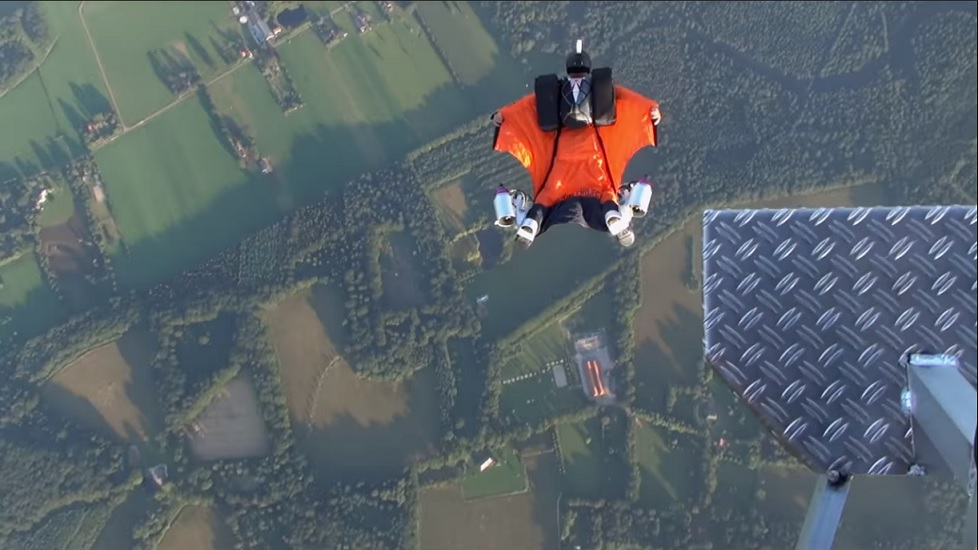Vea la combinación de un traje alado con motores de Jet