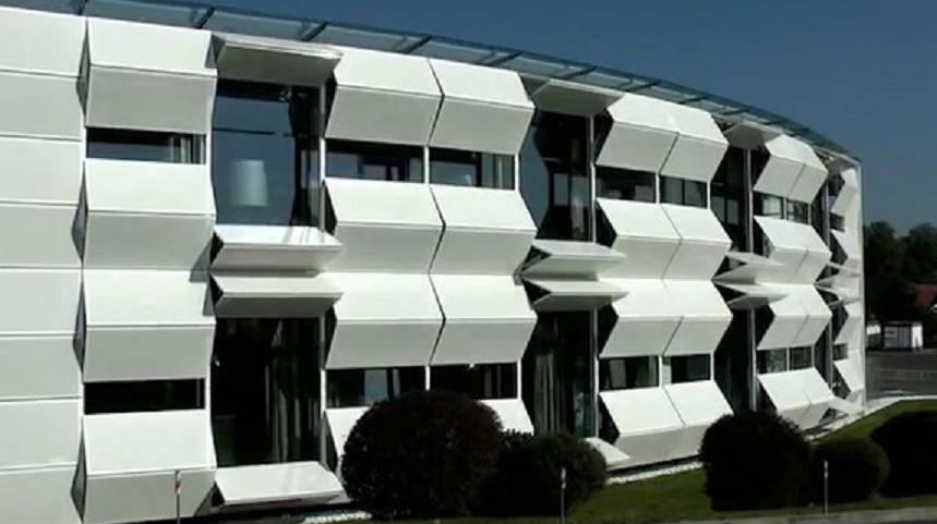 La fachada de este edificio puede transformarse por completo en segundos