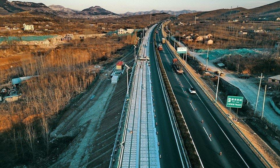 """China tiene lista su primera carretera solar de """"hormigón transparente"""" y carga inalámbrica para autos eléctricos"""