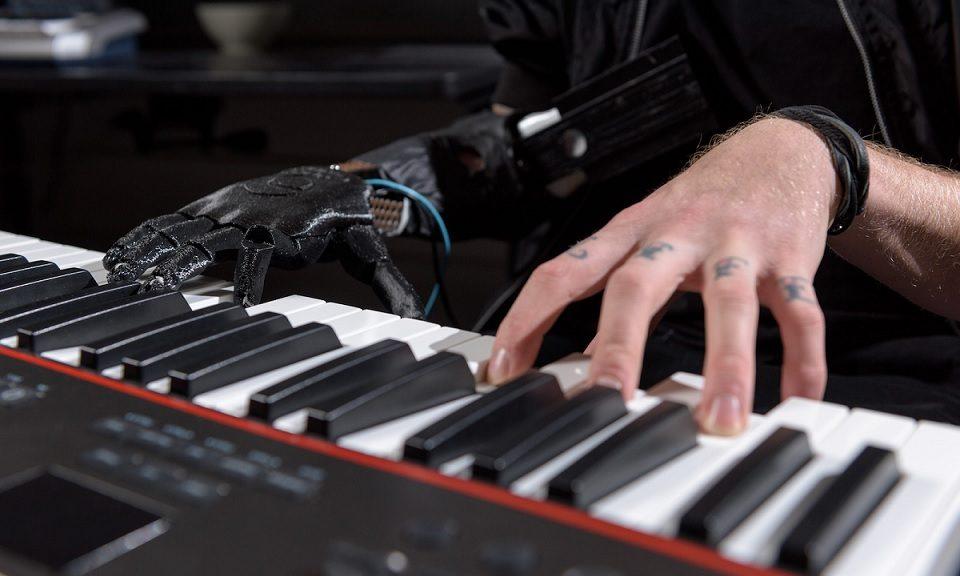 Crean una mano robótica que permite mover dedos individuales para tocar piano