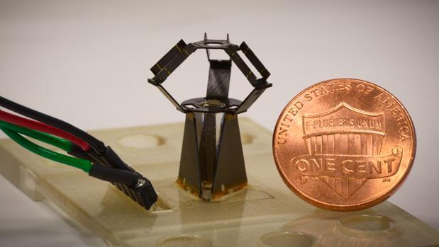 Crean un robot de tres brazos de solo 15 mm.