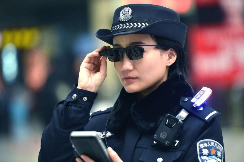 Policía china usa gafas inteligentes con reconocimiento facial para identificar y capturar sospechosos