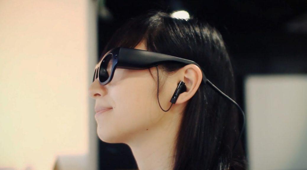 Gafas inteligentes que susurran las palabras como ayuda a disléxicos y gente con problemas visuales