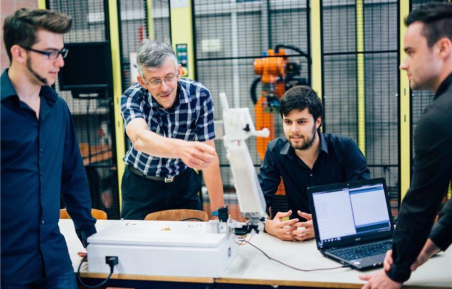 Diseñan una mano robótica que traduce el habla al lenguaje de señas