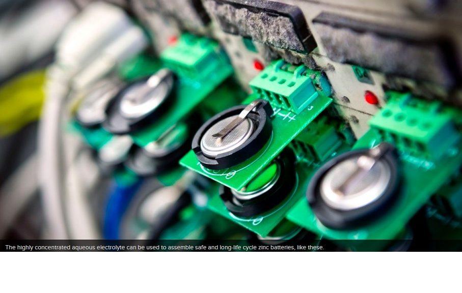 Nueva batería de zinc a base de agua podría prevenir los incendios electrónicos