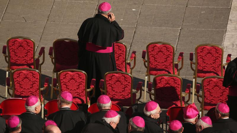 Sacerdotes están realizando exorcismos por teléfono ahora
